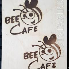 Оттиск логотипа при помощи штампа на фанере или дереве